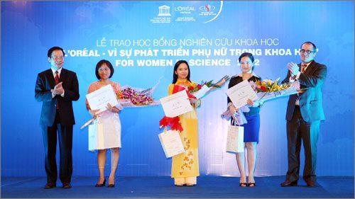 TS Hà Phương Thư nhận giải thưởng cao quý