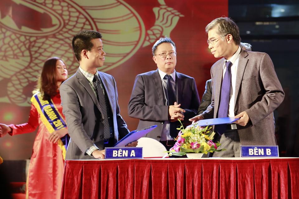 GS.TS Nguyễn Quang Liêm và ông Lại Quí Dương (GĐ kinh doanh CVI) ký kết hợp đồng chuyển giao nguyên liệu Phức hệ Nano FGC